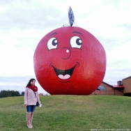 Gotta have a photo op with the happiest and largest apple in the world! ^_^